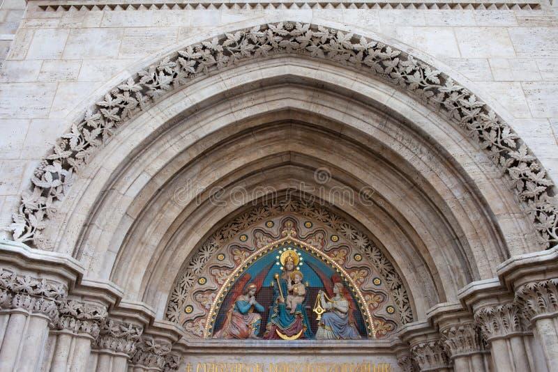 Madonna con il bambino sul Tympanum della chiesa di Matthias immagine stock