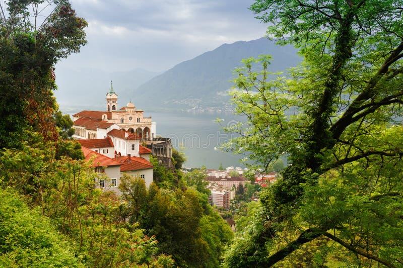 Madonna del Sasso Church directamente sobre el lago Maggiore y la c fotografía de archivo libre de regalías