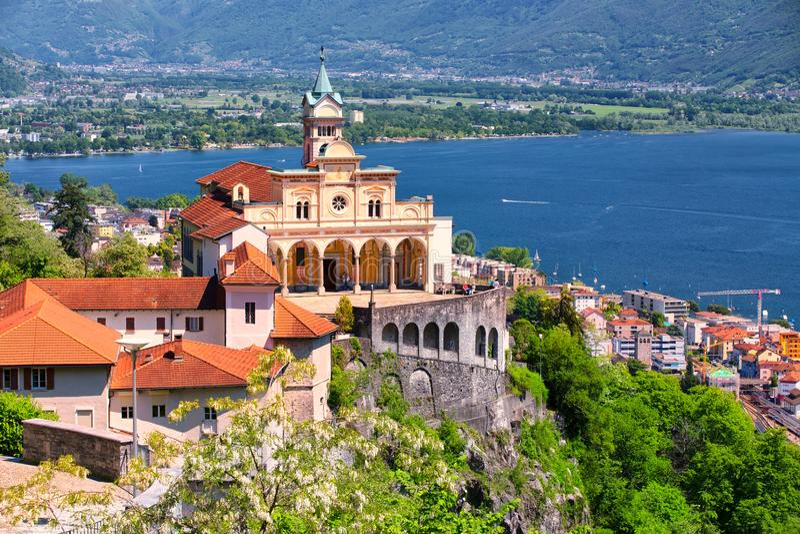Madonna del Sasso Church sobre la ciudad de Locarno, el lago Maggiore Lago Maggiore y las montañas suizas en Tesino, Suiza fotografía de archivo