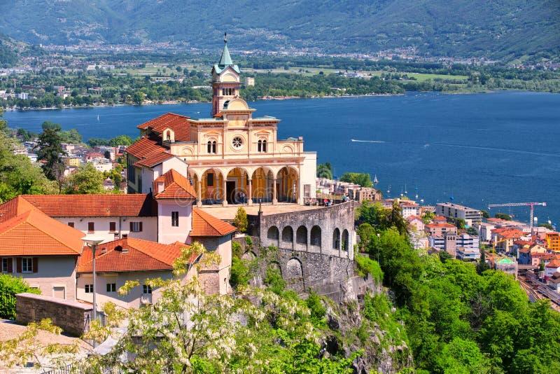 Madonna del Sasso Igreja acima da cidade de Locarno, do lago Maggiore Lago Maggiore e dos cumes suíços em Ticino, Suíça fotografia de stock