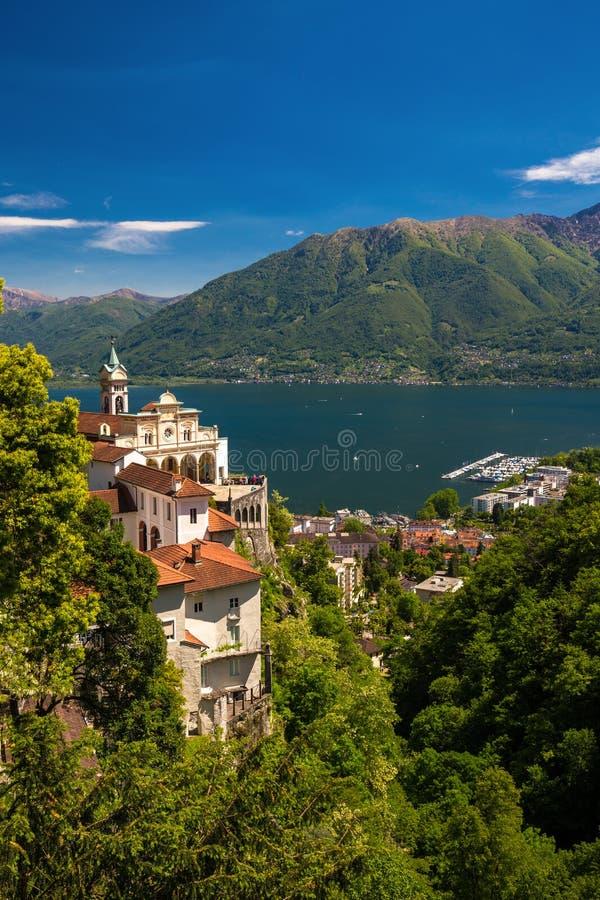 Madonna del Sasso Igreja em Locarno, em lago Maggiore & em x28; Lago Maggiore& x29; e cumes suíços em Ticino, Suíça fotografia de stock