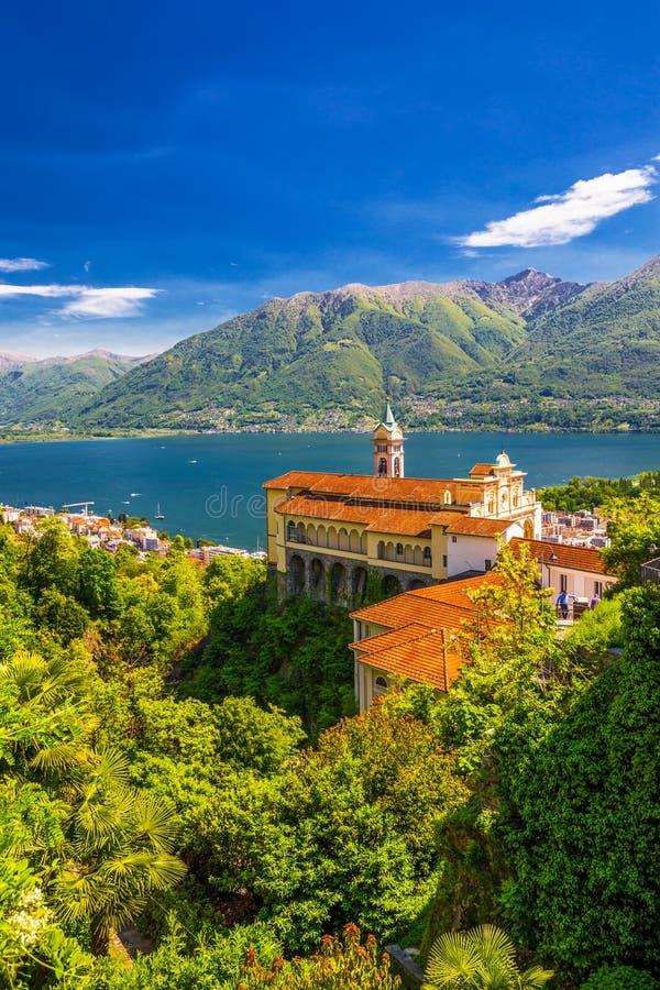 Madonna del Sasso Kyrktaga i Locarno, sjön Maggiore & x28; Lago Maggiore& x29; och schweiziska fjällängar i Ticino, Schweiz royaltyfri fotografi