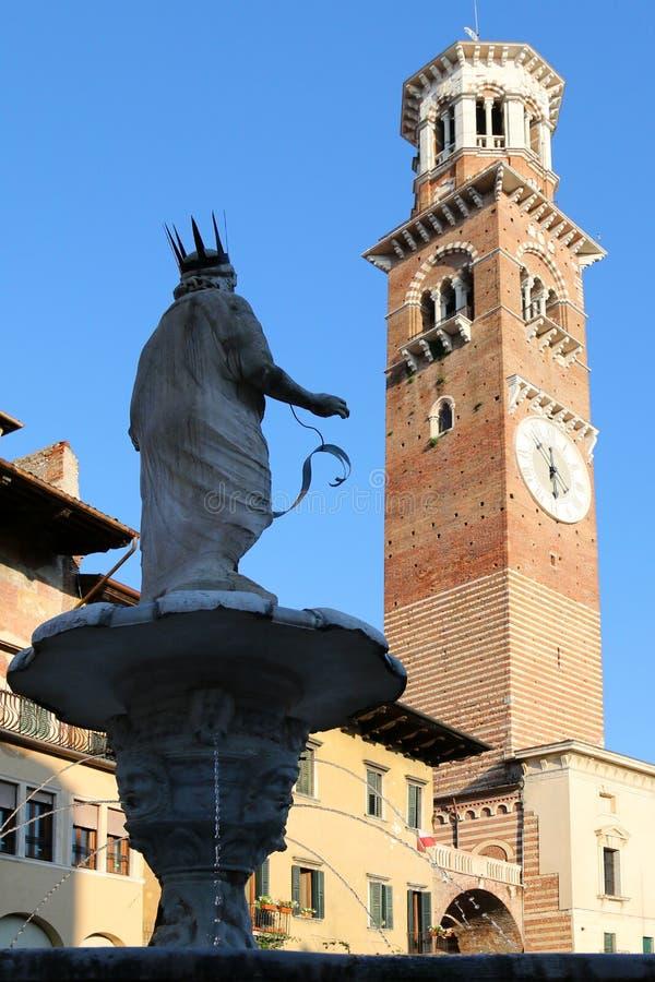 Madonna-fontein op Piazza delle Erbe in Verona, Italië stock foto