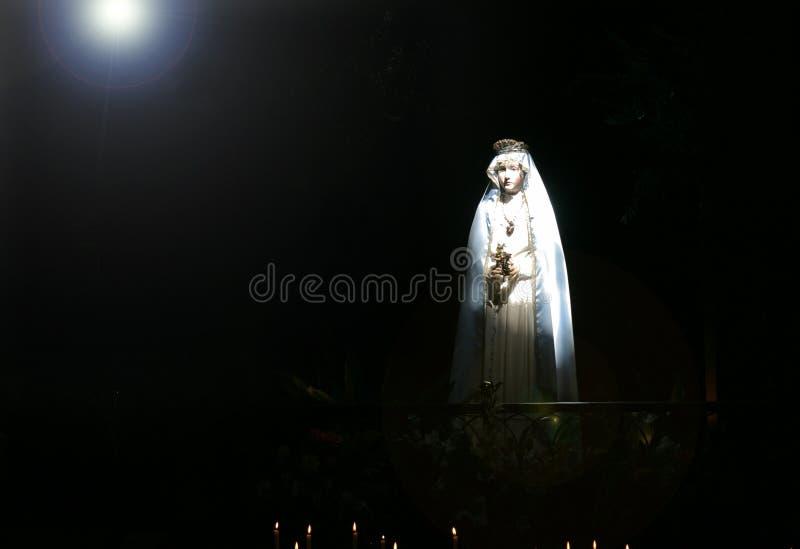 Madonna im starken Lichtstrahl stockfotos