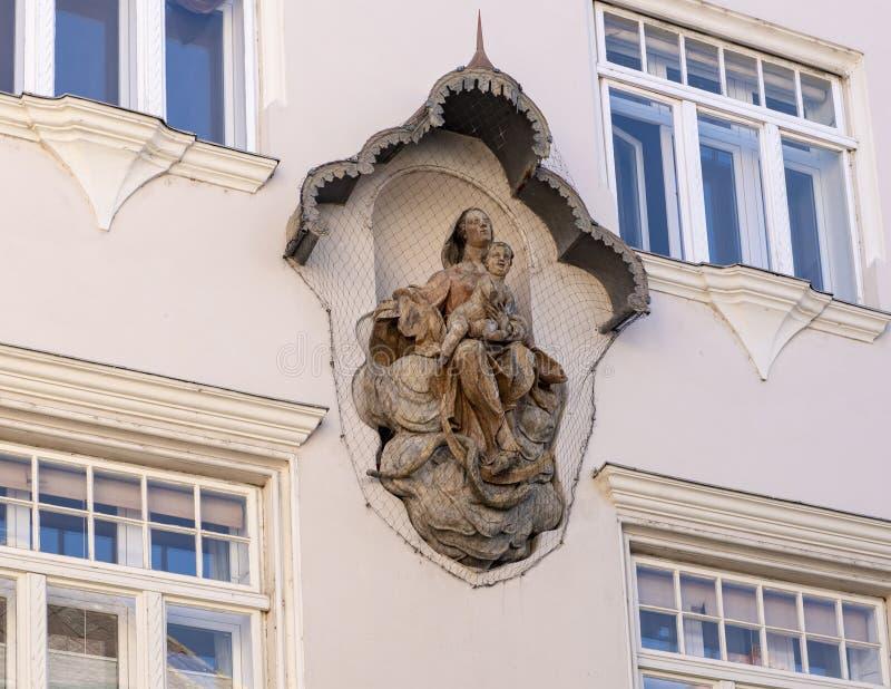 Madonna- und Kinderskulptur brachte an einer Wand an, geschützt durch ein Netz in Krems, Österreich lizenzfreie stockbilder