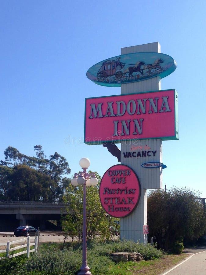 Madonna-Wirtshausschild sichtbar von der Straße lizenzfreies stockfoto