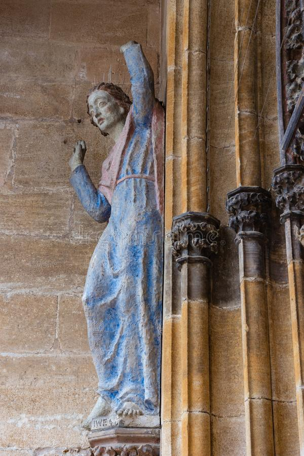 madonny postać na antycznej kościół ścianie zdjęcie stock