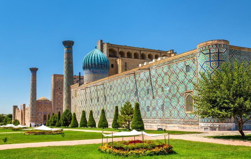 Madrasah Sher Dor на квадрате Registan в Самарканде, Узбекистане стоковое фото