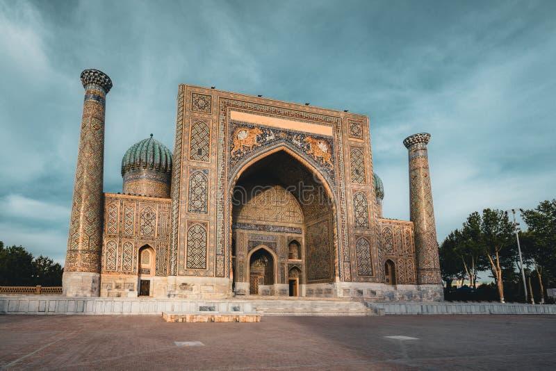 Madrasah Sher Dor auf Registan-Quadrat, Samarkand, Usbekistan lizenzfreie stockbilder