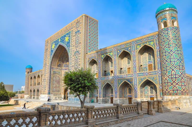 Madrasah Sher-Dor dans la place de Registan, une vue de côté photographie stock