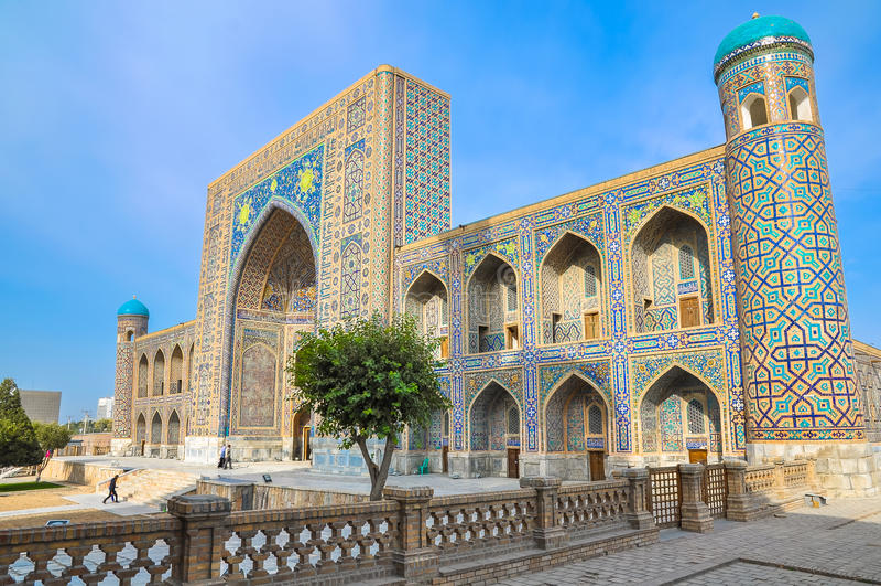 Madrasah Sher-Dor no quadrado de Registan, uma vista lateral fotografia de stock