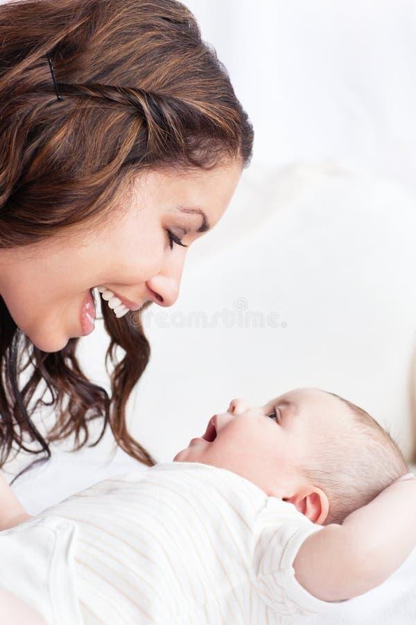 Madre adorabile che gioca con il suo bambino fotografia stock