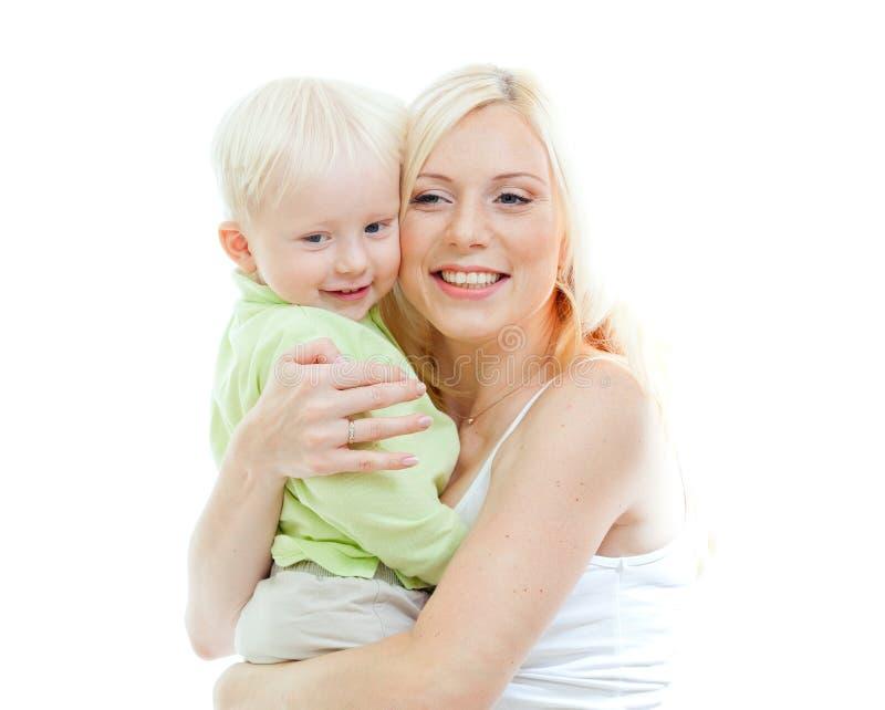 Madre adorable feliz que toma a su niño en brazos fotografía de archivo libre de regalías