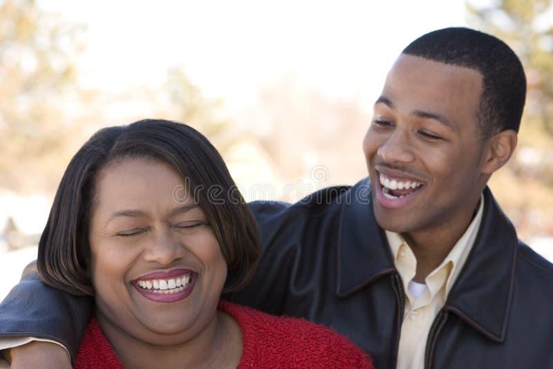 Madre afroamericana ed suo figlio adulto immagini stock