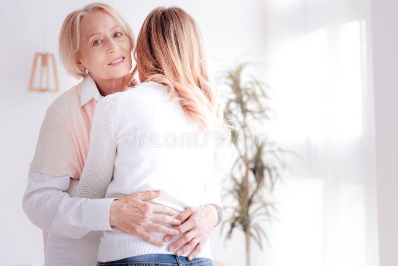 Madre agradable e hija agradables que se abrazan foto de archivo libre de regalías