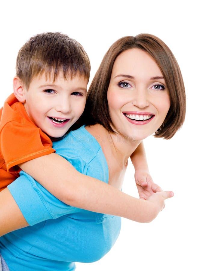 Madre alegre de Appy con el pequeño hijo fotografía de archivo