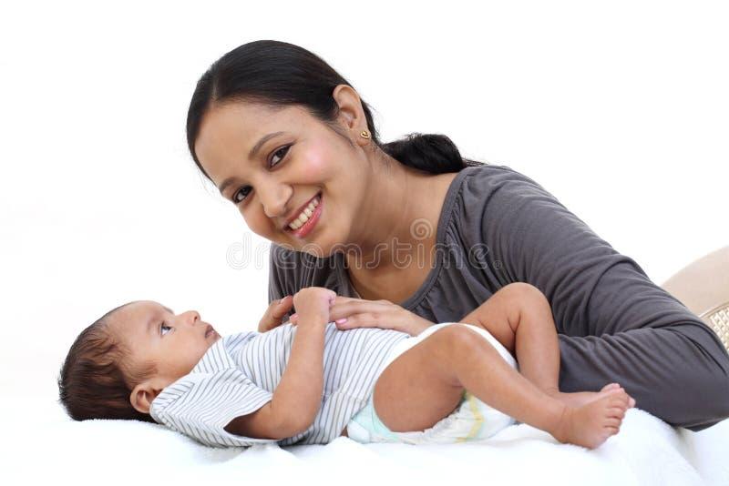 Madre alegre que juega con recién nacido fotos de archivo