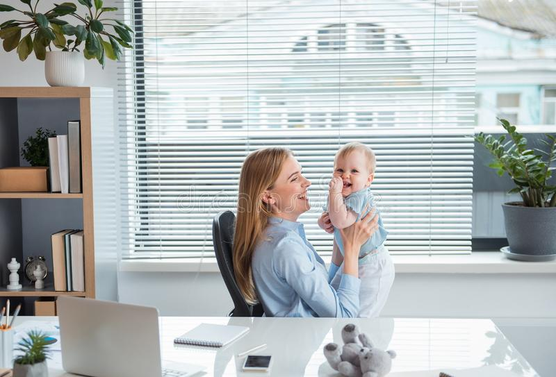 Madre alegre que se divierte con el bebé alegre fotografía de archivo libre de regalías