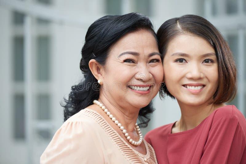 Madre allegra e figlia fotografia stock libera da diritti