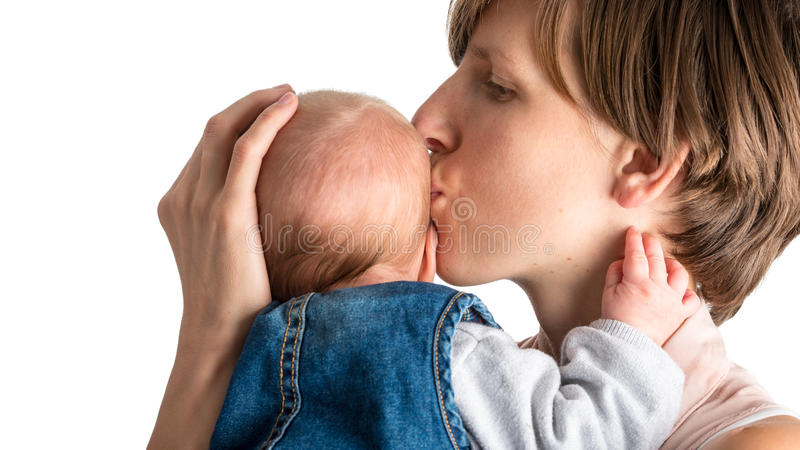 Madre amorosa che bacia il suo neonato fotografia stock
