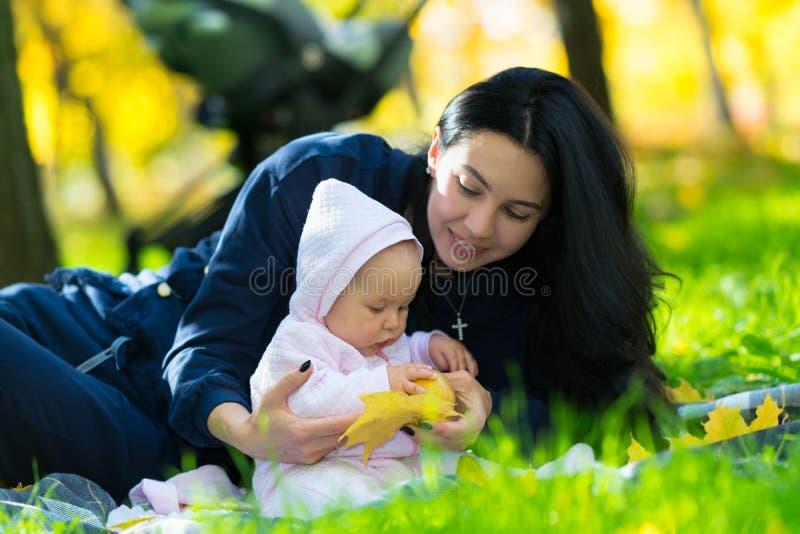 Madre amorosa che gioca con sua figlia del bambino fotografie stock libere da diritti