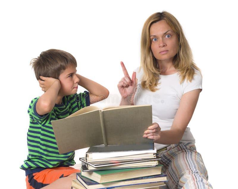 Madre arrabbiata che prova ad insegnare a suo figlio immagini stock libere da diritti