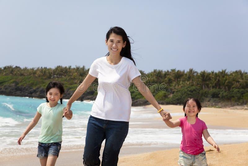 Madre asiática con los niños imagenes de archivo