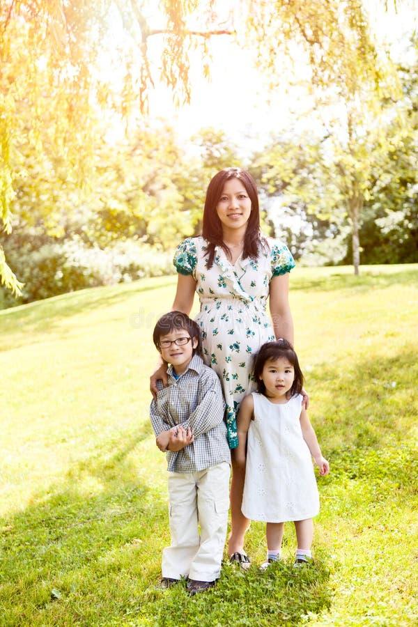 Madre asiática embarazada y sus cabritos imagen de archivo libre de regalías
