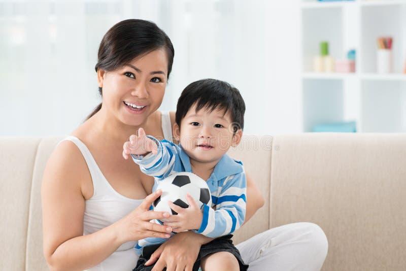Madre asiatica allegra e figlio immagine stock libera da diritti