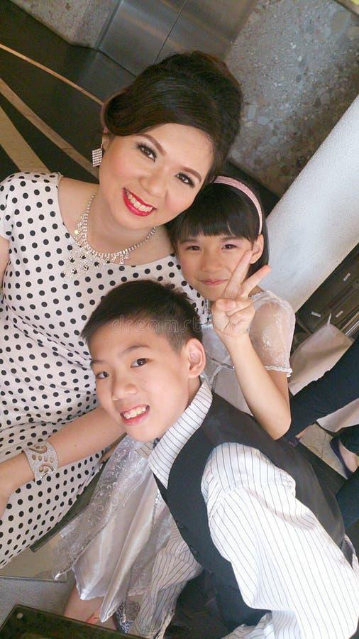 Madre asiatica con i bambini fotografie stock libere da diritti
