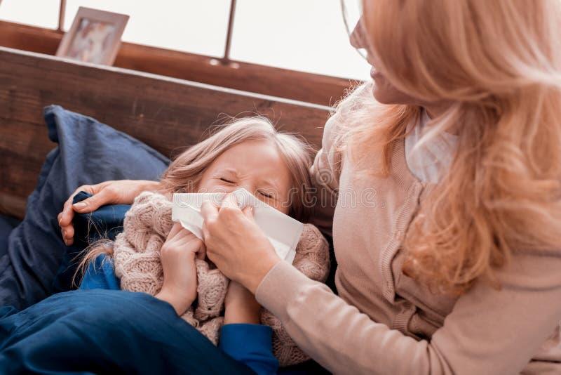 Madre atenta que cura a un niño fotografía de archivo libre de regalías