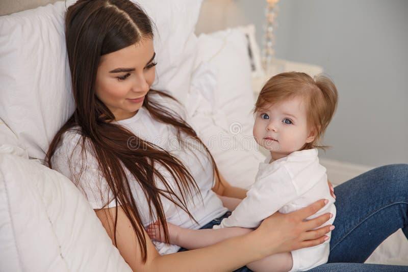 Madre, bebé y amor foto de archivo