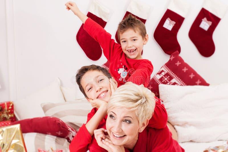 Madre bonita con los hijos, tiempo de la Navidad fotos de archivo libres de regalías