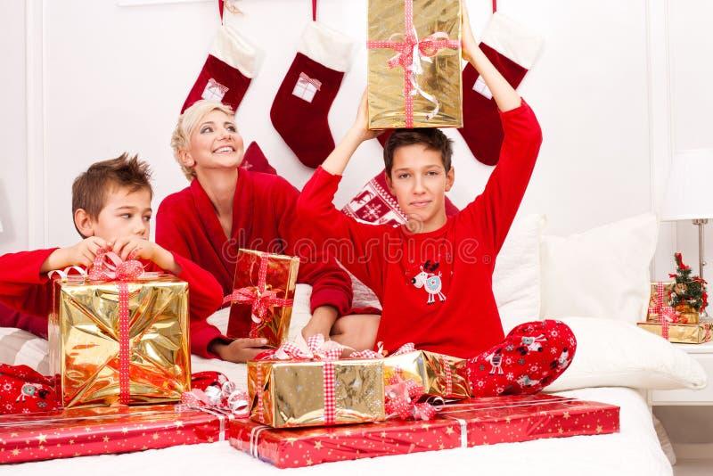 Madre bonita con los hijos, tiempo de la Navidad imágenes de archivo libres de regalías