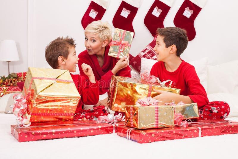Madre bonita con los hijos, tiempo de la Navidad fotos de archivo