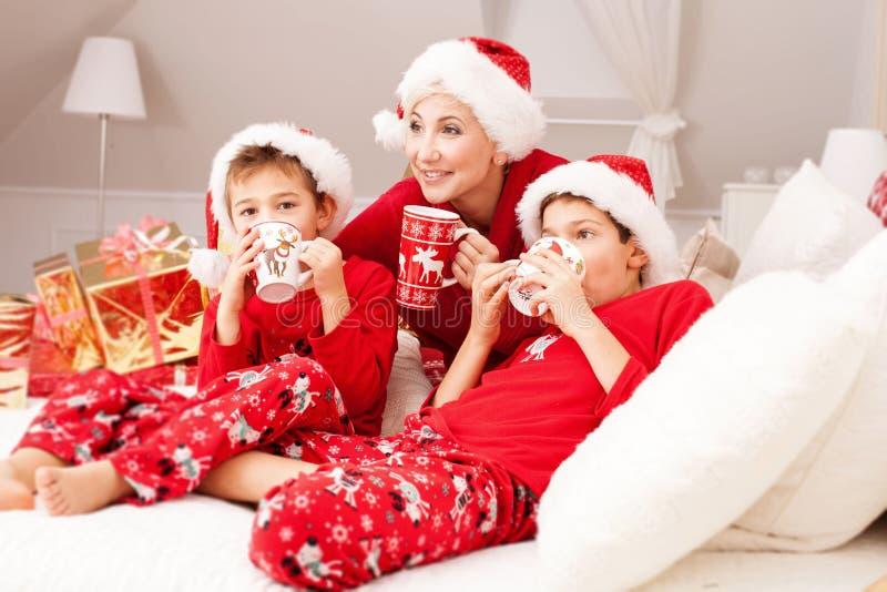 Madre bonita con los hijos, tiempo de la Navidad imagen de archivo