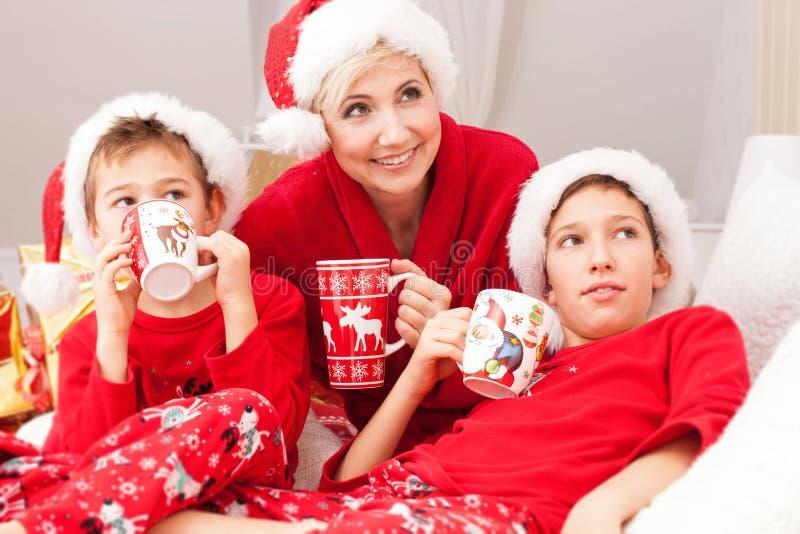 Madre bonita con los hijos, tiempo de la Navidad fotografía de archivo