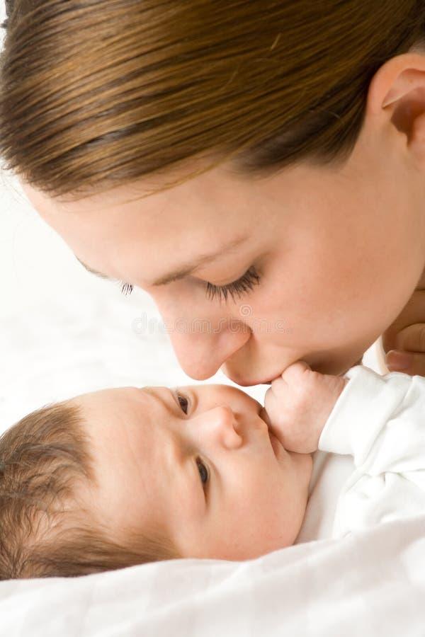 Madre cariñosa con el bebé imagenes de archivo