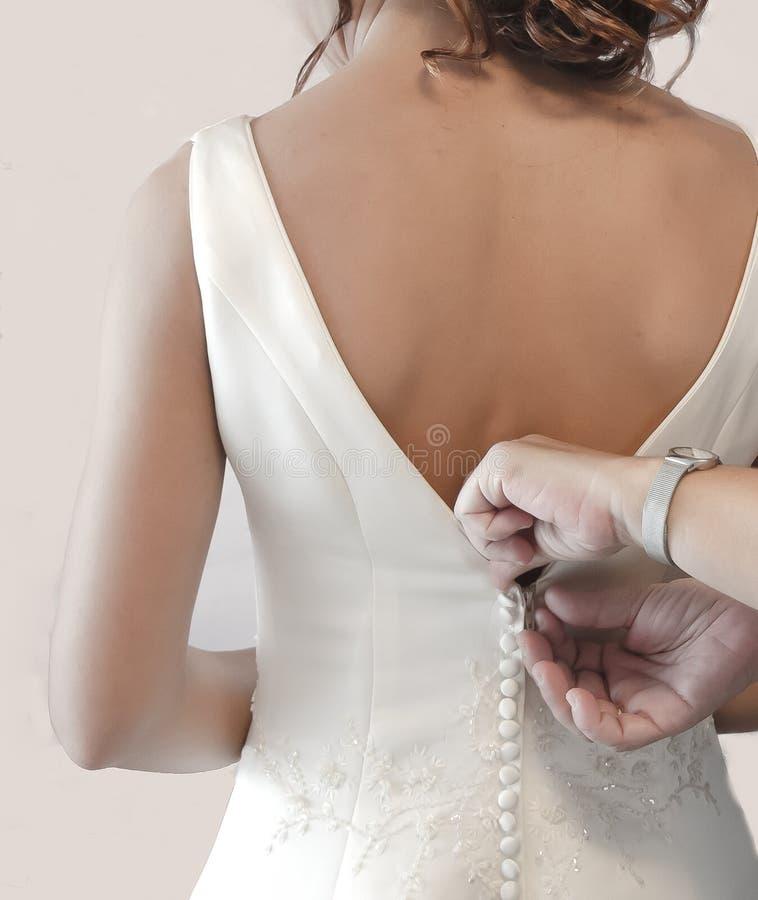 Madre che abbottona vestito da sposa fotografia stock libera da diritti