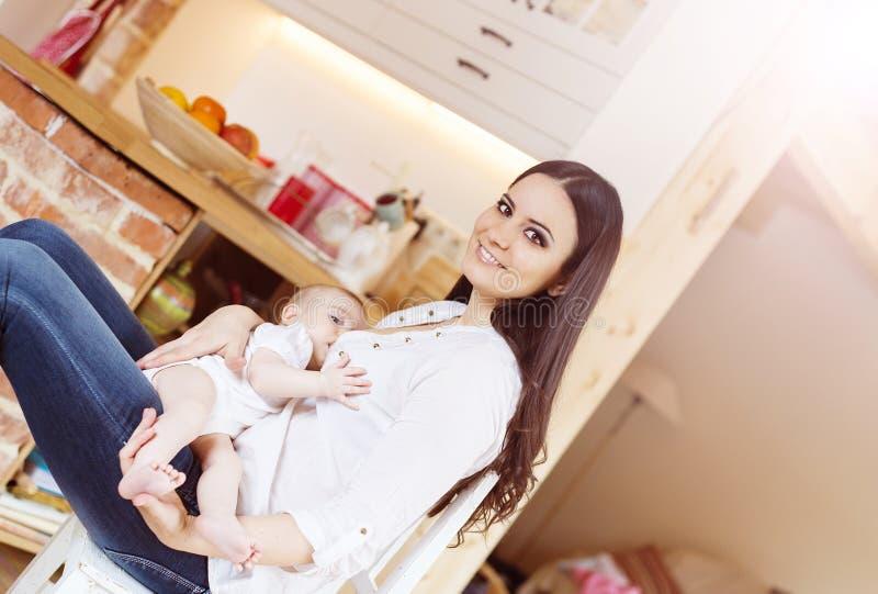 Madre che allatta al seno il suo bambino immagine stock