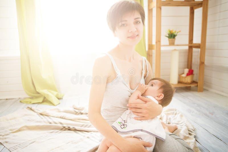 Madre che allatta al seno il suo neonato Il latte dal seno del ` s della mamma è una medicina naturale per i bambini fotografia stock libera da diritti