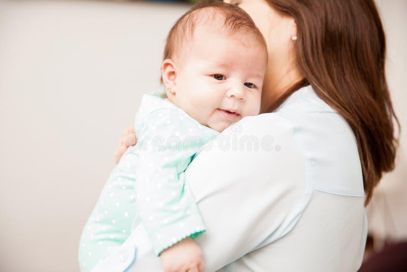 Madre che conforta il suo neonato fotografia stock libera da diritti
