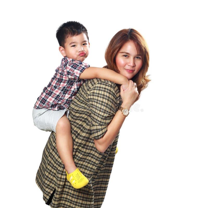 Madre che dà sulle spalle giro a suo figlio immagini stock libere da diritti