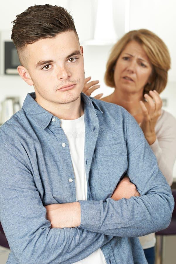 Madre che discute con il figlio adolescente fotografie stock libere da diritti