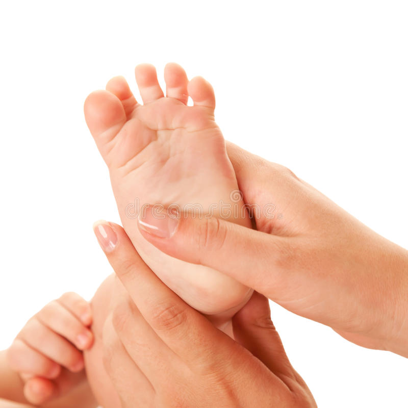 Madre che fa massaggio del piede del bambino. fotografia stock libera da diritti