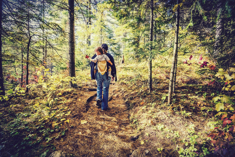 Madre che fa un'escursione con il bambino - retro, sbiadito fotografia stock libera da diritti