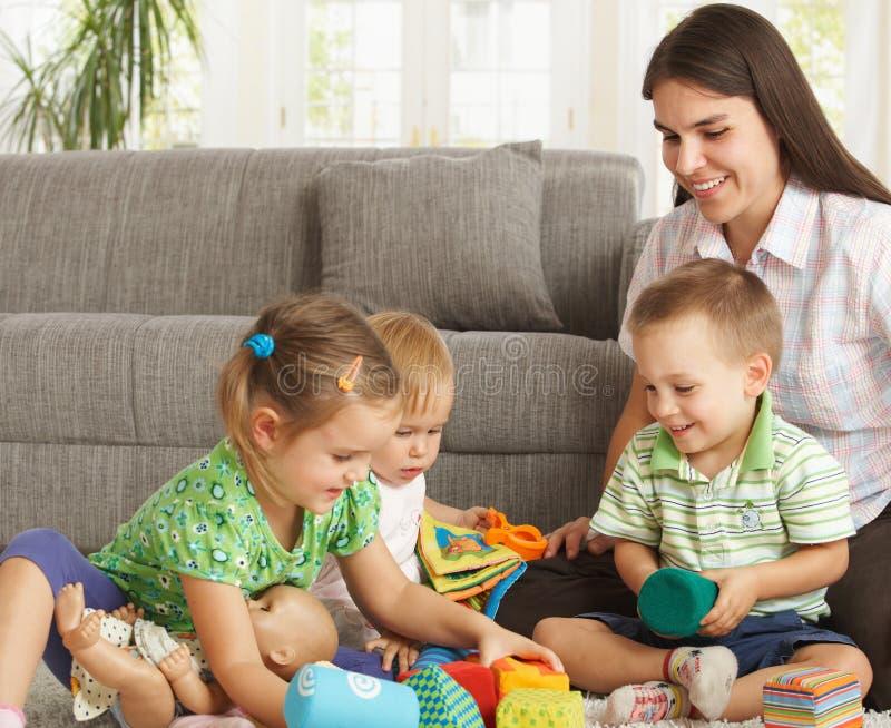 Madre che gioca con i bambini nel paese fotografia stock libera da diritti