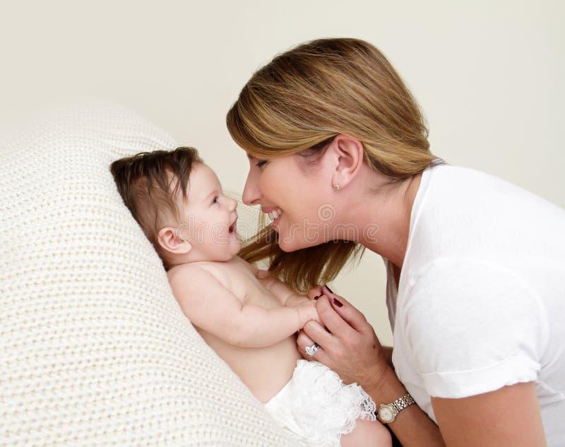 Madre che gioca con il bambino immagine stock