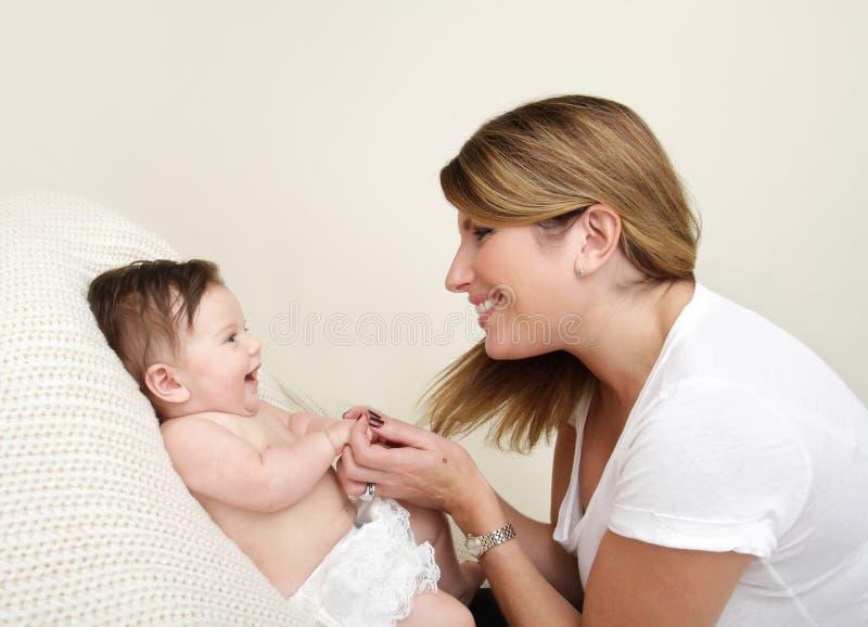 Madre che gioca con il bambino fotografie stock