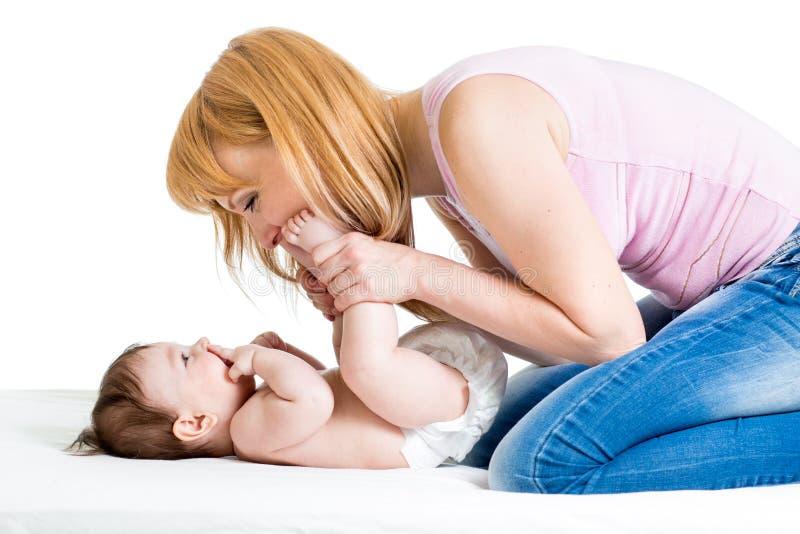 Madre che gioca con l'infante del bambino fotografia stock